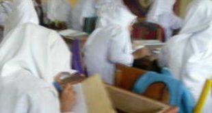 Siswa belajar dengan mobiler seadanya ( Foto: Palimo/Spirit Sumbar)