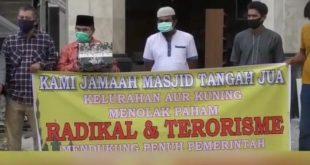 Pengurus Mesjid Tangah Jua, Kelurahan Aur Kuning, Kota Bukittinggi melakukan berbagai langkah pencegahan radikalisme