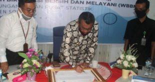 Bupati Solok, Gusmal menandatangani naskah pencanangan pelaksanaan zona integritas di lingkungan BPS Solok