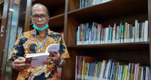 HM Nurnas saat memanfaatkan perpustakaan Bung Hatta di Tri Arga Buittinggi