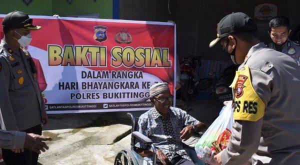 Kapolres Bukittinggi AKBP Iman Pribadi Santoso, SIK., MH serahkan bantuan sembako