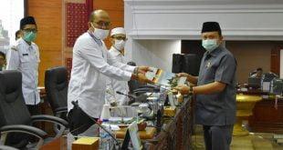 Ketua Fraksi PAN DPRD Sumbar, Muhayatul menyerahkan pandangan fraksi pada pimpinan rapat paripurna terhadap Ranperda Pertanggungjawaban Pelaksanaan APBD tahun 2019