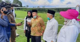 Wakil Ketua Komisi II DPRD Sumbar, Muhayatul saat jumpa pers terkait peternakan sapi