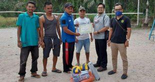 PTPN IV Kebun Timur Kabupaten Madailing Natal, Provinsi Sumut, menyerahkan bantuan perlengkapan alat olahraga kepada organisasi pemuda Kampung Baru, Pasbar