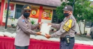 Kapolres Payakumbuh AKBP Dony Setiawan serahkan bantuan beras secara simbolis