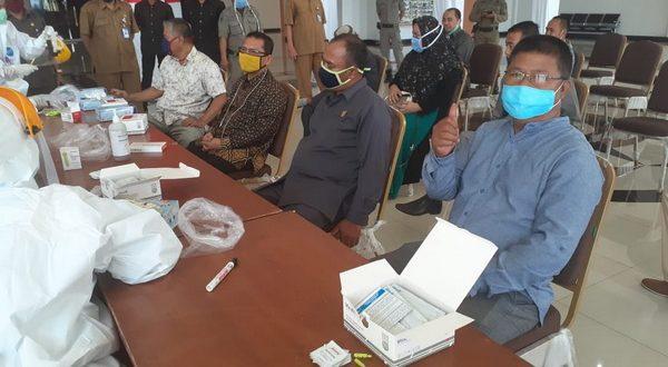 Anggota DPRD kabupaten Dharmasraya dan staf sektariat DPRD Dharmasraya menjalani rapid tes