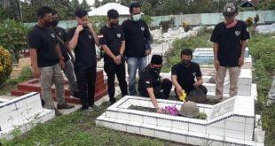 Organisasi 234 SC Regwil Pasaman Barat lakukan tabur bunga dan aksi bersih – bersih di Taman Makam Pahlawan Jambak. Senin 1 Juni 2020.