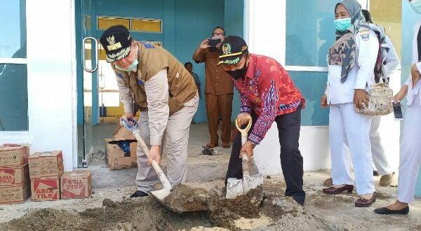 Wagub Sumbar ikut mengaduk semen dalam pembangunan RSUD di Mentawai