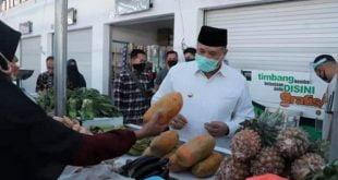 Walikota Solok, Zul Elfian membeli buah buahan di pasar rakyat berbasis syariah, Abdurrahman Bin Auf