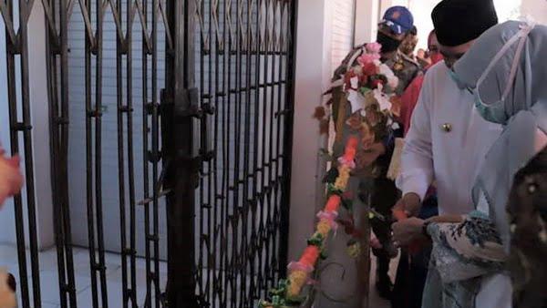 Walikota Solok, Zul Elfian menggunting pita sebagai tanda peresmian beropersinya Pasar Syariah Abdurrahman Bin Auf