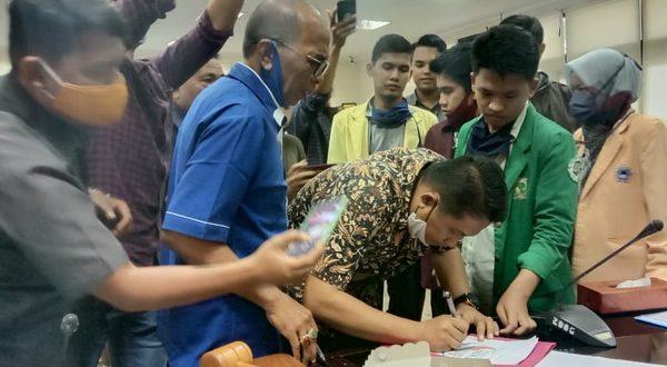Perwakilan Aliansi BEM Sumbar sampaikan aspirasi pada Wakil Ketua Komisi 1 Eviyandri Rajo Budiman, Sekretaris H.M. Nurnas dan Anggota Bakri Bakar