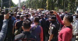Kelompok Tani Anak Nagari Rantau Pasaman (Rampas) melakukan aksi demontrasi di Kantor PT.Anam Koto