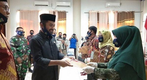 Ketua DPRD Solsel dan Plt Bupati serahkan sertipikat tanah pada masyarakat