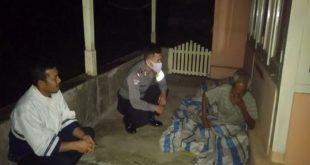 Polisi Itu Rapuh Melihat Kakek Nuzuwar Tidur Berselimut dan Beralas Terpal