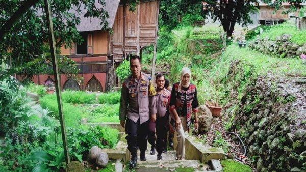 Kapolres Padang Panjang, Apri Wibowo bersama anggota DPRD Tanah Datar, Kamrita, usai mengunjungi Rumah Gadang di Sumpur.