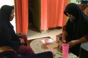 Darmiyati, seorang buruh cuci saat menyetor uang kurban pada panitia kurban Masjid Al Quwait Banuaran