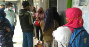 Orang tua calon peserta didik melakukan verifikasi data PPDB di SMA 6 Padang