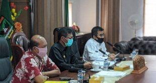 Irwan Prayitno saat rapat terbatas bersama para rektor dan kepala sekolah se Sumbar secara virtual