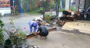 Warga terpaksa menutup jalan, agar air tidak memasuki rumah penduduk