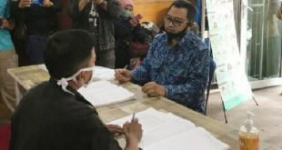 Fauzan Haviz memasukkan surat peringatan ketiga ke KPU Bukittinggi, sehubungan kisruh pengurus DPD PAN Bukitinggi. (Foto : Dok)