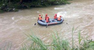 Tim reaksi cepat BPBD Pesisir Selatan berupaya mencari korban yang terbawa arus Batang Tarusan (foto : trc bpbd pessel)