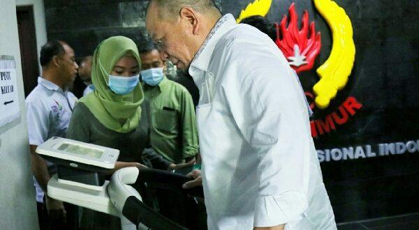 Senator asal Jawa Timur AA LaNyalla Mahmud Mattalitti saat mencoba Bio Impedance Analysis (BIA) alat test komposisi tubuh khusus atlet di kantor Komite Olahraga Nasional Indonesia (KONI) Jawa Timur Jalan Kertajaya, Kota Surabaya. Senin (12/10/2020)