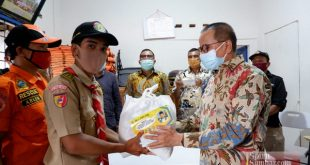 Darul Siska menyerahkan bantuan pada relawan Covid-19