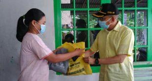 Anggota DPR RI dari Fraksi Partai Golkar, Darul Siska menyerahkan bantuan pada korban banjir di Banuaran, Kota Padang