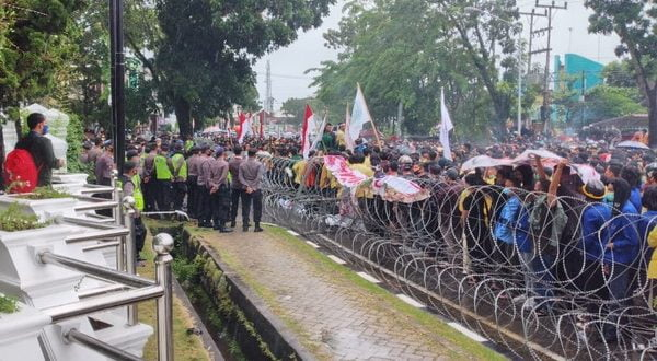 Ratusan mahasiswa unjuk rasa tolak UU cipta kerjadi DPRD Sumbar