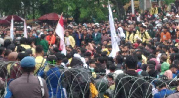 Demo mahasiswa di DPRD Sumbar yang berujung anarkis