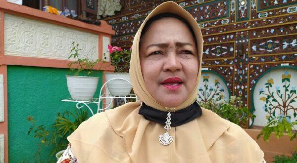Des, warga Kelurahan VI Suku, Kecamatan Lubuk Sikarah, Kota Solok tak bisa membendung air matanya saat menyampaikan kekaguman terhadap sosok Nasrul Abit