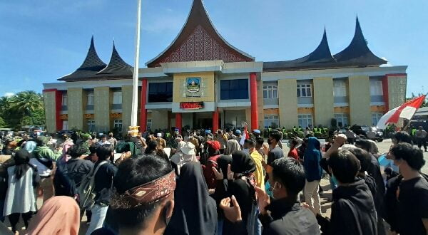 Dikawal Ratusan Aparat, Mahasiswa  dan OKP Aksi Damai di Kantor Bupati Dharmasraya