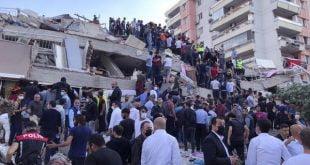 Sebuah bangunan ambruk akibar gempa di Turki