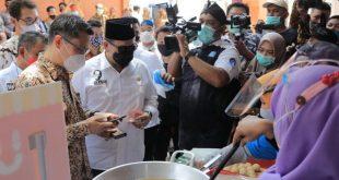 Ketua DPD RI sedang mencoba sistem pembelian pembayaran online Meeber di Pasar Benteng Pancasila