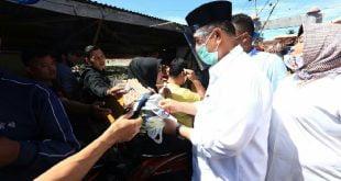 Nasrul Abit bagikan masker pada masyarakat