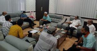 Ketua DPRD Sumbar, Supardi didampingi HM. Nurnas dan Hidayat berdiskusi dengan Pengurus PWI Sumatera Barat