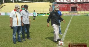 Ketua PWI Sumatera Barat H. Heranof Firdaus melakukan tendangan pertama pembukaan Turnamen Piala SIWO PWI U-14