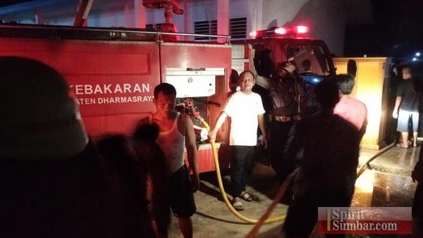 Mobil Damkar berupaya memadamkan api