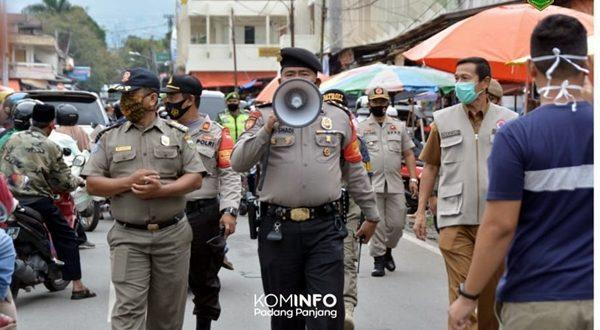 Tim gabungan penanggulang Covid-19 memberi himbauan dan edukasi agar masyarakat mentaati protokol kesehatan covid di pasar Padang Panjang.