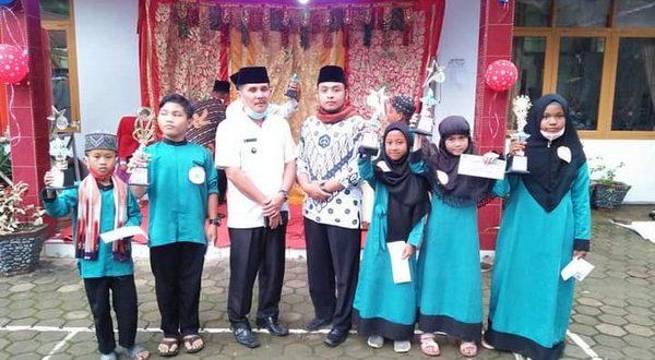Walinagari Aia Gadang Junaidin bersama para pemenang MTQ