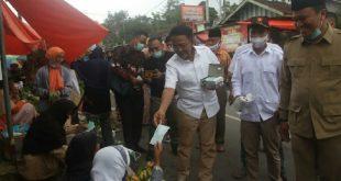 Calon Wakil Gubernur Sumbar, Indra Catri bagikan masker pada para pedagang di Sungai Lasi