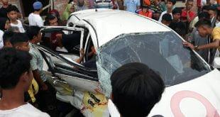 Kondisi minibus Toyota Caliya setelah dihantam Kereta Api Sibinuang