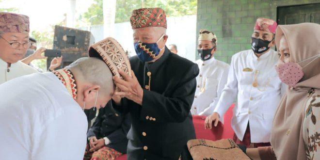 Ketua DPD RI AA LaNyalla Mahmud Mattalitti saat menerima adok atau gelar adat Marga Way Kanan