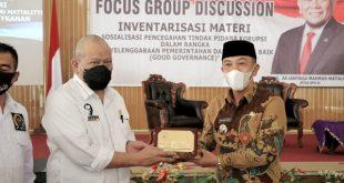 Ketua DPD RI menerima cindera mata dari Pj. Bupati Way Kanan Ir. Mulyadi Irsan.