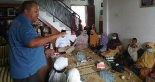 Ketua Koperbam Teluk Bayur Candra saat di kediaman Nasrul Abit di Painan Timur, Pessel