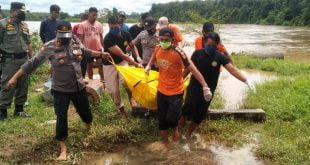 Aparat mengevakuasi sosok mayat yang telah mengambang di Batang Hari