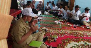 Calon Gubernur Sumbar Nasrul Abit bersama buku hijaunya
