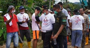 Calon Gubernur Sumatera Barat, Nasrul Abit, membuka jalur evakuasi baru bersama warga Dadok Tunggul Hitam, Kecamatan Koto Tangah, Padang