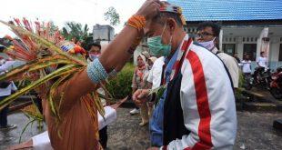 Warga Mentawai sambut kedatangan calon Gubernur Sumatra Barat , Nasrul Abit,