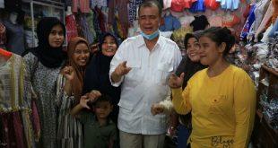 Calon Gubernur Sumatera Barat, Nasrul Abit, berdialog dengan pengunjung Pasar Kambang